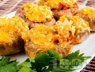 Пълнени гъби печурки с печени чушки, сирене Бри и кашкавал, запечени на фурна